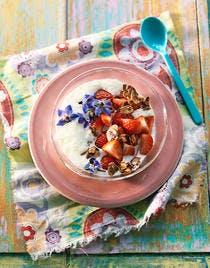 Espuma de yaourt, fraises et flocons d'amandes