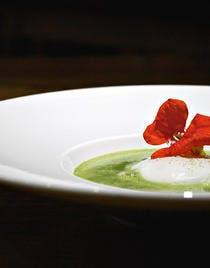 Œuf de La Ruchotte poché, soupe d'orties vertes