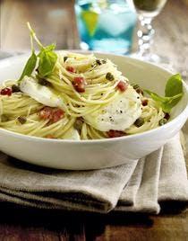 Spaghettis aux lardons, aux câpres et à la mozzarella