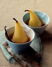 Poires pochées au cidre doux et à la vanille