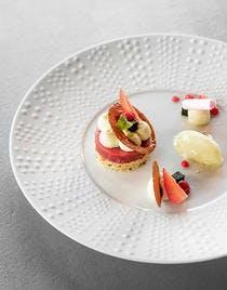 Compotée de fraises, mousse chocolat blanc, sorbet basilic & meringue