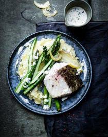 Merlu aux asperges, purée de pommes de terre, sauce aux câpres