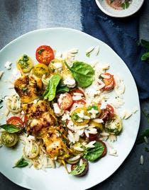Brochette de poulet mariné à la salade de riso aux tomates