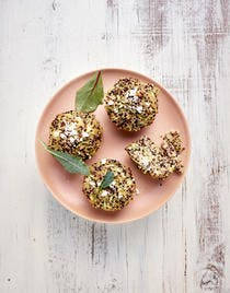 Muffins de quinoa aux courgettes et feta marinée
