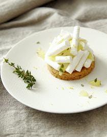Sablés à la crème au citron et thym frais, bâtons de meringue