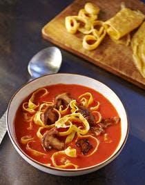 Soupe de tomates, cèpes et nouilles d'oeufs