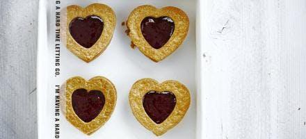 Biscuits coeurs à la cannelle et à la framboise