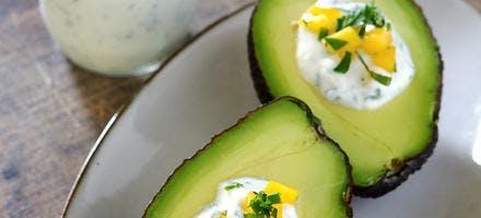 Avocat, sauce yaourt mangue et ail