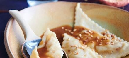 Triangles à la compote de pommes, sauce caramel beurre salé