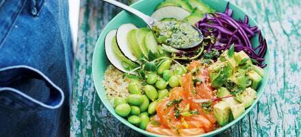 Bouddha bowl de saumon cru au pesto d'herbes et gingembre