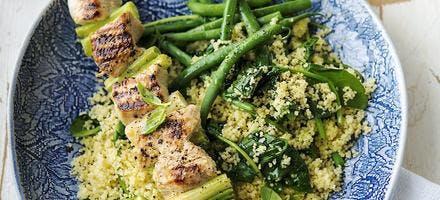 Brochettes de dinde, semoule aux haricots verts et aux épinards