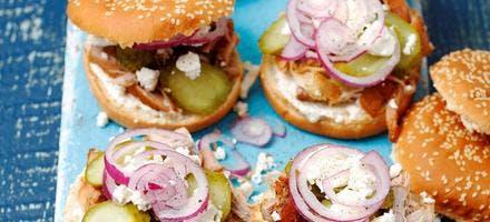 Burgers au porc, raifort et oignons rouges