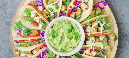 Tortillas garnies et guacamole à partager