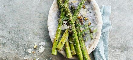 Asperges vertes aux copeaux de parmesan et aux pistaches