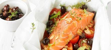 Papillote de saumon, tomates cerises et olives noires