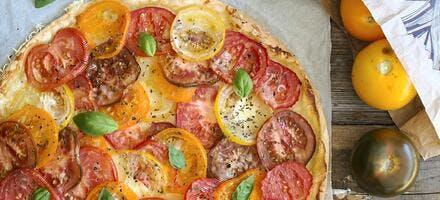 Tarte aux tomates multicolores et au basilic