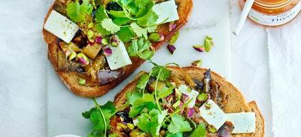 Tartine aubergine, miel et feta