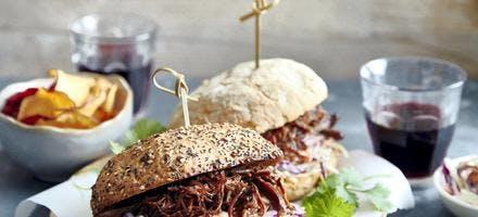 Burgers de canard sauvage en sauce à l'orange et salade de chou rouge