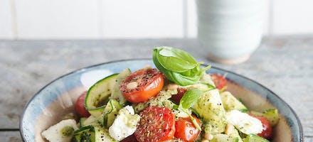 Salade de tomates cerises, courgettes, pesto et mozzarella