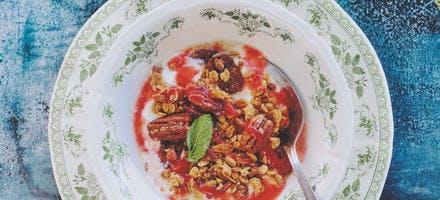 Fromage blanc, coulis de tomate-fraise et fruits secs