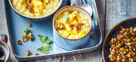 Riz au lait d'amande, mangue et nougatine de pistache
