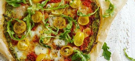 Pizza de brocoli à la mozzarella et tomates cerises jaunes rôties