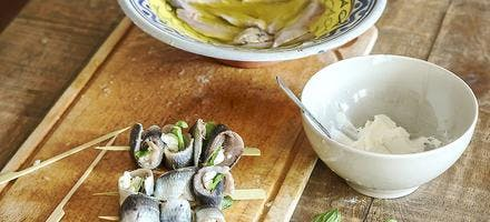 Roulés au fromage frais, filets de sardines fraîches marinés