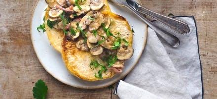 Steaks de céleri-rave à l'huile de coco, poêlée de champignons