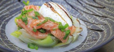OEuf poché sur lit de poireaux et saumon frais mariné
