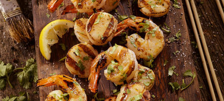 Brochettes de crevettes au beurre épicé
