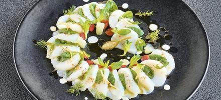 Carpaccio de saint-jacques, saladette d'épinards