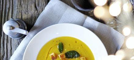 soupe de courge butternut, sauge et croûtons pomme