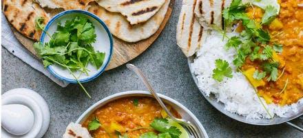 Dahl de pommes de terre, riz et pain indien