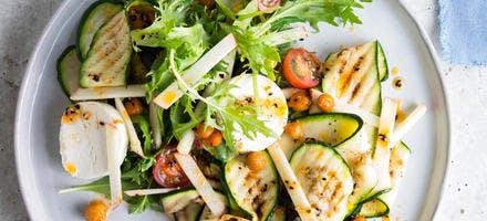Salade de courgettes, pois chiches, tomates et fromage de chèvre