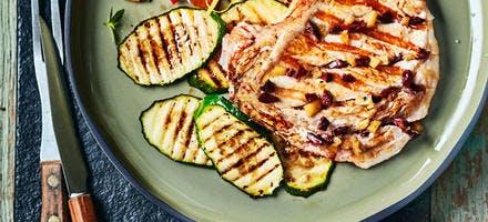 Côte de veau au barbecue, olives de Kalamata, citron confit et courgettes grillées