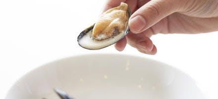 Potage de moules au safran, croûtons à la coriandre