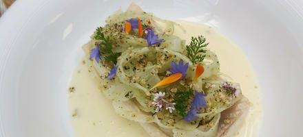Filet de truite fario poché au beurre d'aromates, petit lait aux agrumes, fenouil, flocons de quinoa soufflés