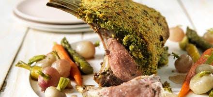 Carré d'agneau en croûte d'herbes, petits légumes glacés à blanc
