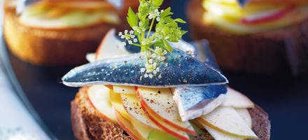 Lisettes marinées au cidre et à la pomme crue sur pain de seigle
