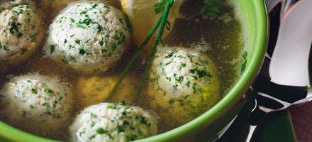 Bouillon aux boulettes de viande, aux herbes et au citron