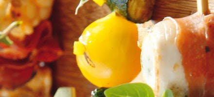 Brochettes de légumes d'été, pesto de tomates confites