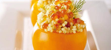 Tomates orange farcies d'une salade de perles scandinaves