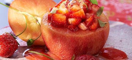 Pêches farcies aux fraises des bois, gelée citron-basilic