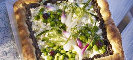 Tarte briochée, brousse, tapenade et verdure