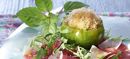 Tomate farcie au sorbet basilic sur carpaccio