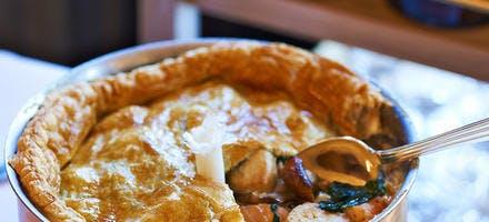 Pie de poulet et saumon aux cèpes et aux pousses d'épinards