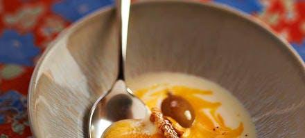 Soupe marbrée de potiron, céleri, noix et raisins au beurre sale