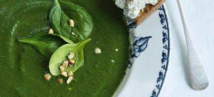 Soupe d'épinards et tartine de chèvre aux noisettes