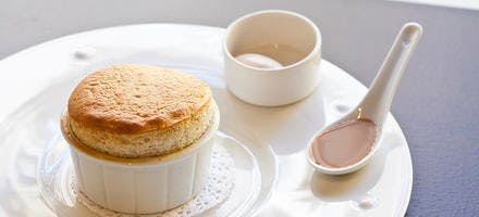 Soufflé chocolat-noisette, sauce caramel, glace au café
