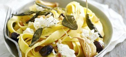 Pappardelles à l'ail, olives, ricotta et sauge